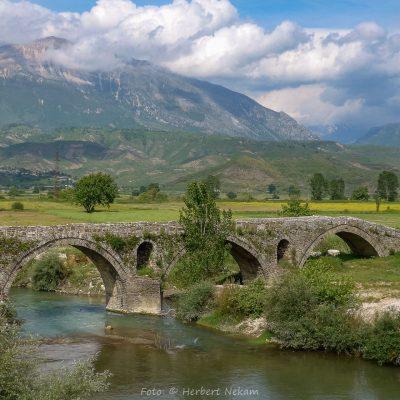Albanien, Brücke über den Drino bei Gjiorokastra (Foto: Herbert Nekam, ARR Reisen)
