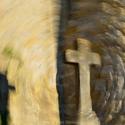 Frankreich, Carcassonne, Kreuz an der Festungsmauer (Foto: Peter Giovannini)